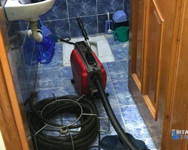 istanbul-tiikali-lavabo-borusunu-acan-ustalar-32