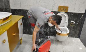 robotla tuvalet borusu temizleyen usta
