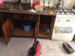 tıkalı mutfak lavabosunu makina ile açan tesisatçı